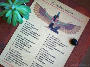 """Die 42 Ideale der Ma'at auf """"Elefantenpapier"""" gedruckt"""